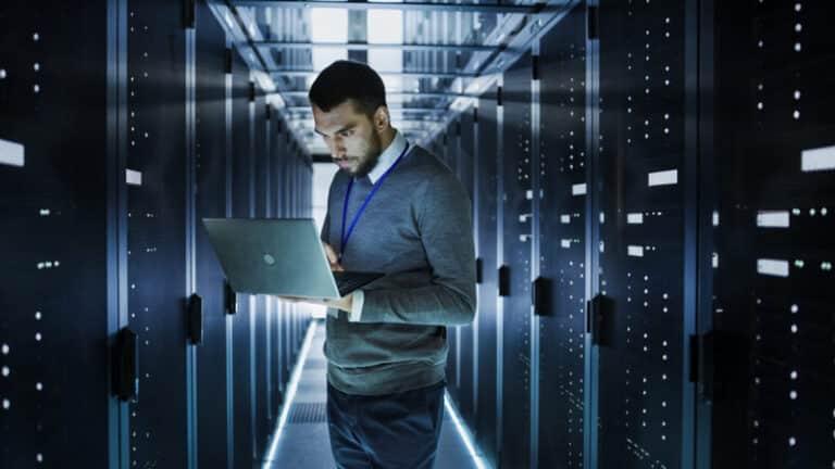 IT Mitarbeiter im Serverraum