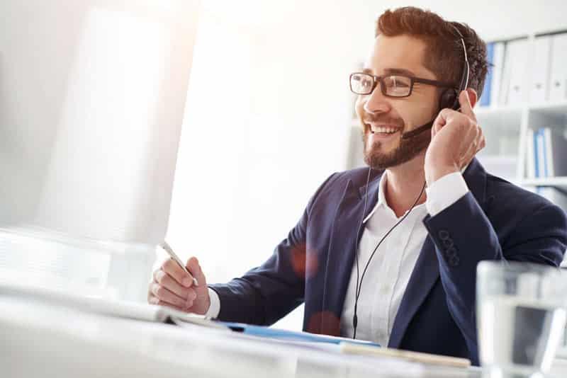 Mitarbeiter am Telefon beraet einen Kunden netcom GmbH