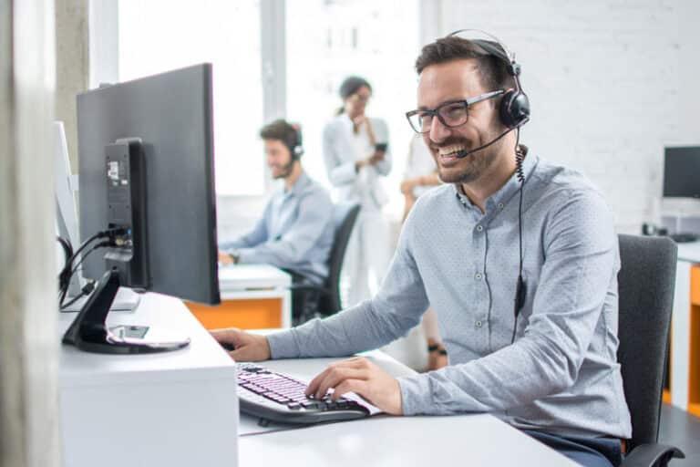 Mitarbeiter im Office berät einen Kunden über das Telefon